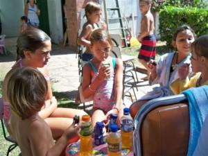 Nenas asistentes a la colonia durante el refrigerio
