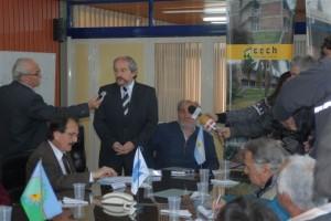 El presidente de la Cooperativa Eléctrica de Chacabuco Ricardo Ciminelli con la prensa.