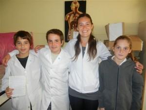 La profesora Claudia Bustos junto a los alumnos Tobías Etchanchú, Federico Ibarrondo y María Paz Moras.