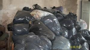 Gran cantidad de bolsas conteniendo ropa para la gente de menores recursos de Gancedo.
