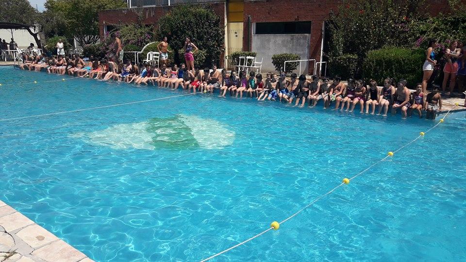 3/1/18- Hoy dio inicio la Colonia de Vacaciones en el natatorio del club Atlético y Social Sarmiento de Rawson, dónde asistieron más de 50 niños y preadolescentes. Las actividades se van a extender durante todo el mes de enero.
