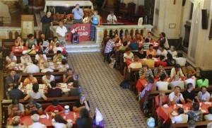 El tradicional almuerzo que la Iglesia ofrece a indigentes, ayer, en la parroquia Nuestra Señora del Carmen, en Rodríguez Peña y Córdoba. Foto: LA NACION / Hernán Zenteno