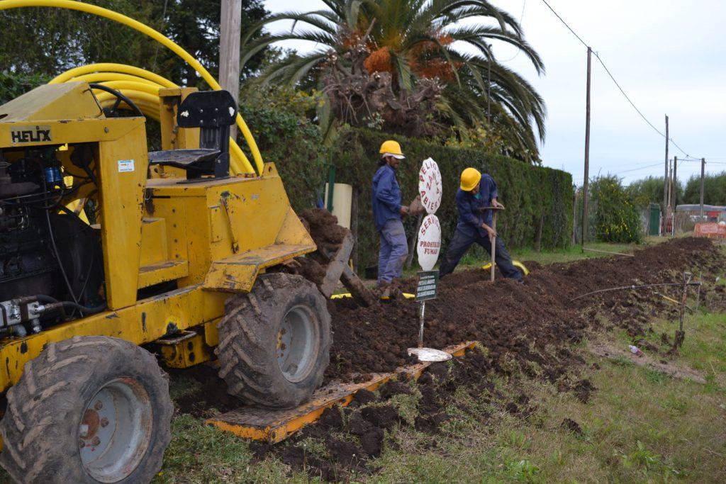 La excavadora realizando la primera línea de perforación.