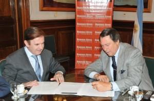 Rodríguez y Casal firmando el convenio.