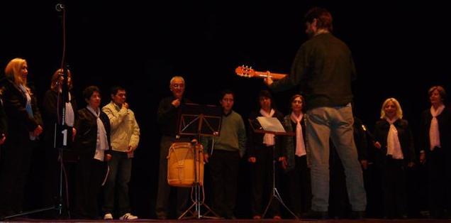 El Coro de Adultos de Rawson dirigido por el profesor Christian Fagan en Chacabuco.