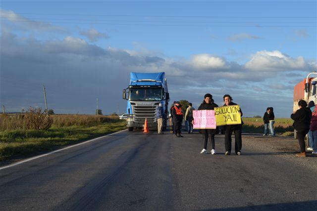 Castilla unido y solución ya, rezaban los carteles que vecinos de Castilla mostraron en la concentración de Ruta 51 y acceso a esa localidad.