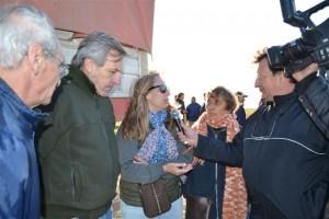 Vecinos de Castilla en dialogo con la prensa.