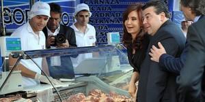 La presidenta Cristina Fernández de Kirchner lanzó hoy un plan de venta itinerante de carne, a precios promocionales, con una recorrida por algunos de los puestos móviles que circularán en breve por el conurbano.
