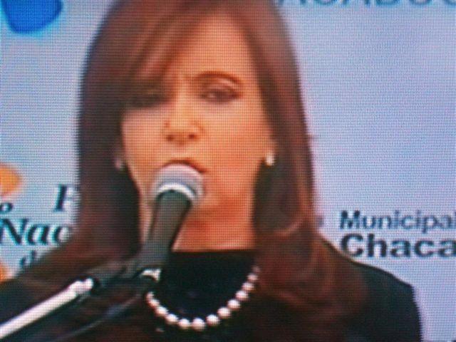 La Presidenta se dirigió a los presentes en el escenario ubicado en las escalinatas de la Municipalidad de Chacabuco.
