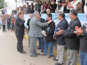 El Intendente Barrientos entrega un reconocimiento a Santiago Elías Belozo en la tarde de hoy, semi tapado por el Jefe Comunal aparece Daluisio y otros excombatientes de Chacabuco. Foto gentileza: Pablo Pastrore.