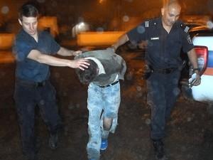 Mariano Ariel Cuti es llevado a la Estación de Policía Comunal de Chivilcoy.
