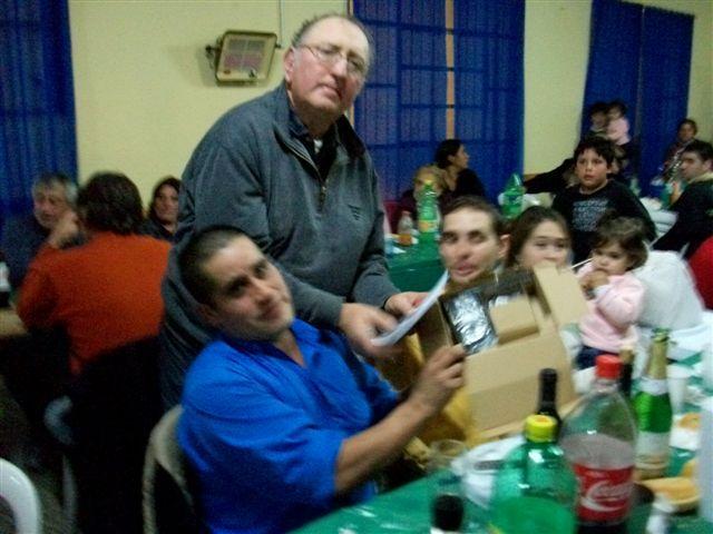 Rodolfo Rubiolo, integrante de Comisión haciendo entrega de handies a Bomberos.