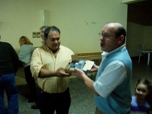 Luís Minadeo entregando un handie a Claudio Martinez.