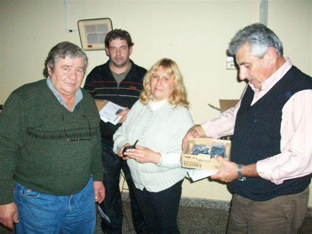 Haroldo Zanlonghi recibe en manos del presidente de la Asociación de Bomberos Voluntarios de Rawson Alejandro Luz los handies para el Cuerpo Activo.