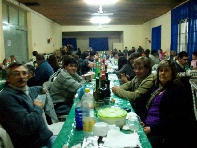 Bomberos y autoridades durante la cena.