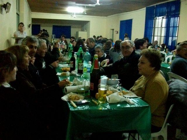 Miembros de Comisión Directiva junto a familiares en la cena.