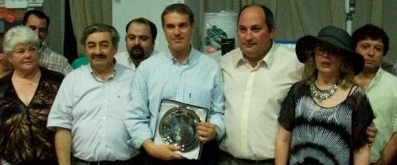 Golía recibe una plaqueta por parte del Sindicato de Trabajadores Municipales.