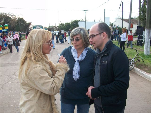 Mónica del Castillo entrevistando a Anahí Papini y Gustavo Ventimiglia, coordinadora y director de la Escuela de Actividades Culturales.
