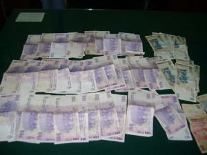 El dinero que tenía el arrestado.