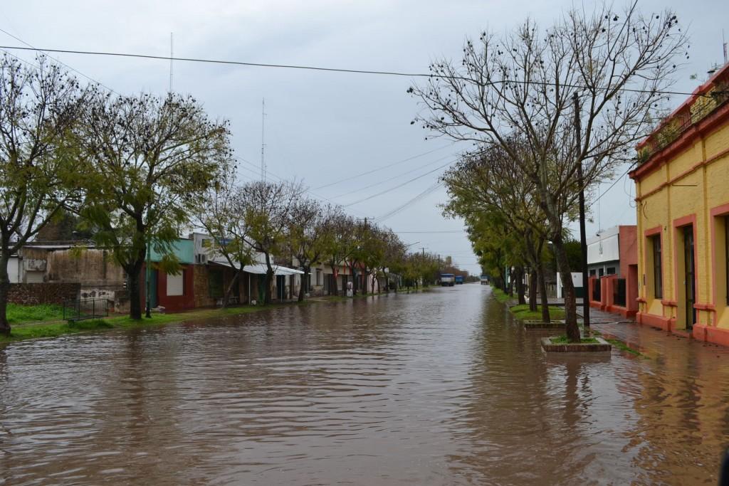 9/8/15- Una gran cantidad de arterias se hallan anegadas por el agua que dejó la lluvia de hoy, en la localidad de Castilla. El acceso también se halla cortado en tres partes, en dos de esos cortes con más de 100 metros de agua que pasa de un lado al otro de la banquina.