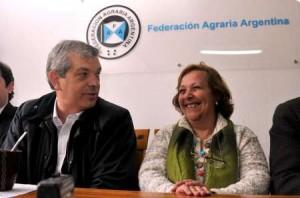 El ministro de Agricultura, Julián Domínguez junto a la presidenta de de la Federación Agraria de Coronel Pringles, Gladys Casali.