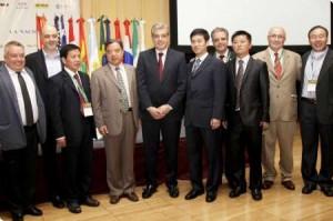 De izquierda a derecha Oscar Solís,empresarios chinos del complejo agroindustrial aceitero y Julián Dominguez