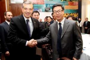 Domínguez junto a su par Tiangeng Liang.