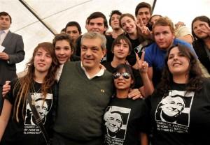 Julián Domínguez junto a estudiantes de la Universidad de Villa María.