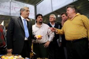 Domínguez junto al Gobernador de Misiones y productores.