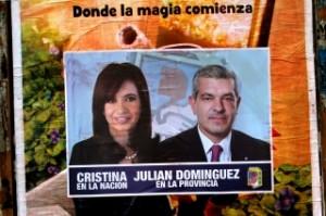 Los carteles de Domínguez junto a la Presidente.