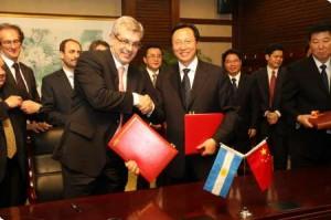 El titular de la cartera agropecuaria nacional, Julián Domínguez, junto a su par chino, Han Changfu.