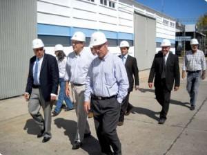 El ministro Domínguez recorriendo la planta junto a funcionarios de Rizobacter.