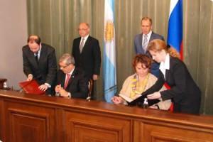 De izquierda a derecha el ministro de Agricultura, Julián Domínguez y su par rusa Elena Skrinnika.