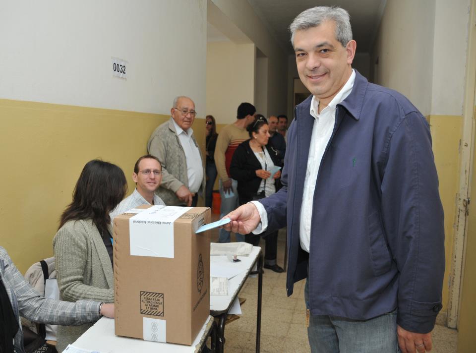 El actual Ministro de Agricultura, Ganadería y Pesca y candidato a Diputado Nacional Julián Domínguez votando a las 11.30 horas en la Mesa 32 de la Escuela Nº 3 de Chacabuco.