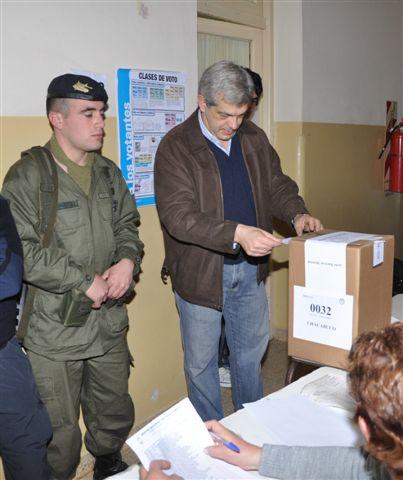 15.8.11- Julián Domínguez votando antes del mediodía de ayer en la Escuela Nº 3 ubicada en calles Tucumán y Maipú de la ciudad de Chacabuco. El ministro obtuvo en Rawson 943 votos, el 57% como candidato a Diputado Nacional.