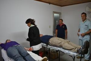 En la imagen, se puede ver a dos integrantes del Cuerpo Activo de Bomberos Voluntarios de Rawson en la extracción de sangre.