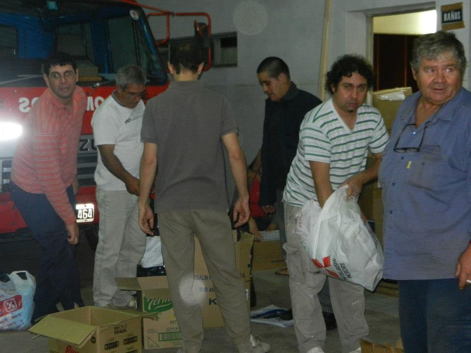 El Cuerpo Activo de Bomberos Voluntarios de Rawson seleccionando las donaciones recibidas.