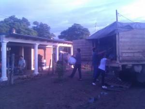 Descarga de las donaciones enviadas desde Rawson, Castilla y Suipacha a Sachayoj.