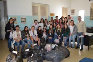 Los alumnos de 6º Año haciendo entrega de las donaciones.