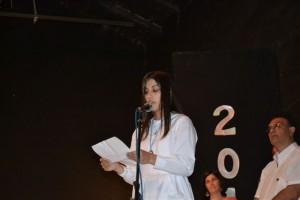 La alumna Delfina Colombo en nombre de su grupo diciendo las palabras de despedida.