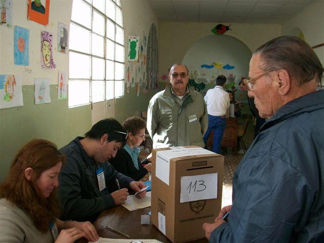 Al fondo de la imagen se ve a Juan Carlos Cabral, candidato a concejal en cuarto lugar del Frente Popular.