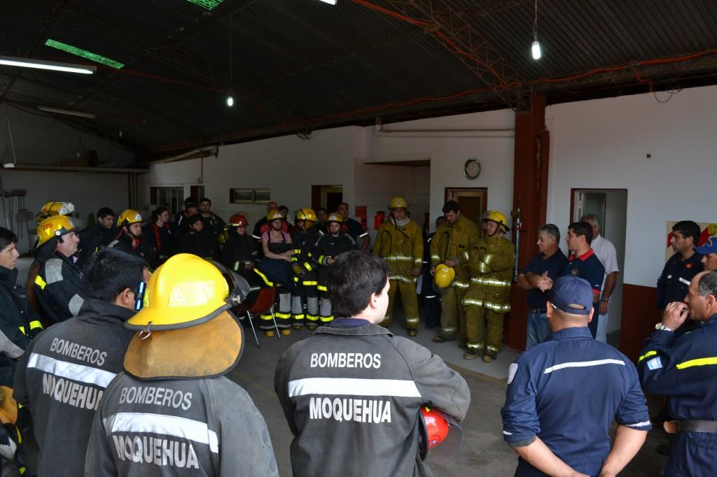 Los responsables de la capacitación se dirigen a los bomberos antes de comenzar con la misma.