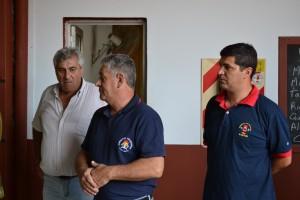 Alejandro Luz, presidente de la Asoc. Bomberil local; David Martínez, Direc. Esc. Capa. Nº 16 y Luciano Candy, Jefe del Cuerpo Activo de Rawson.