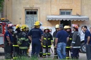 David Martínez, Direc. Esc. Capa. Nº 16 dando indicaciones a los bomberos.