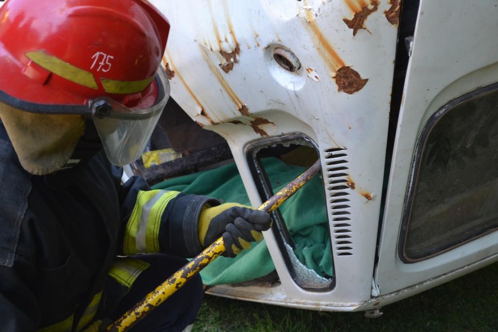 Trabajos para el rescate de víctimas en accidente vial.
