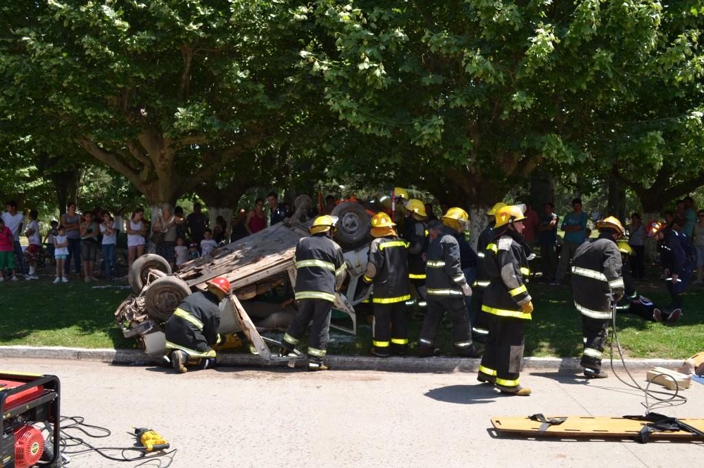 Imagen de rescate de un auto sobre plaza principal de Rawson.