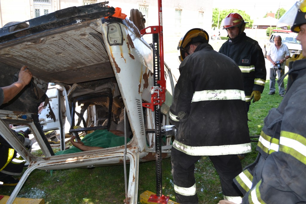 Trabajos de corte de vehículo con tijera mecánica para rescatar a las víctimas.