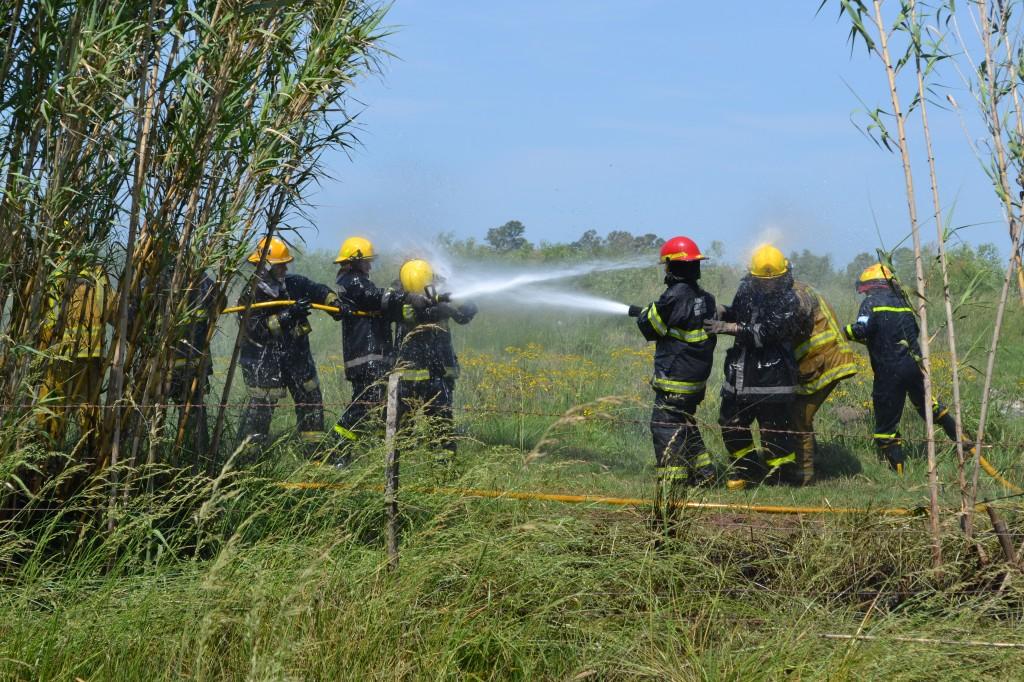 Luego de sofocar el incendio de cañaverales, bajo una sensación térmica que trepó los 36º, los bomberos se refrescaron unos a otros, en modo de la excelente convivencia que se vivió en el encuentro.