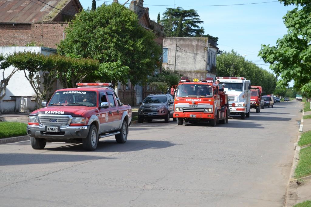 Móviles recorriendo las calles de Rawson tras haber finalizado la jornada de capacitación.