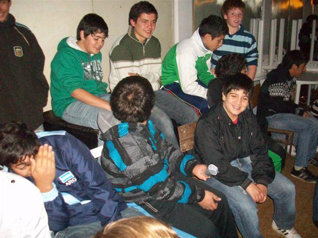 Alumnos esperando su netbook.